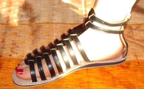 7af1116682a7 Magnifiques sandales de Marrakech. 100% de cuir doux avec de jolis motifs.  Parfaites pour les petites ballades.
